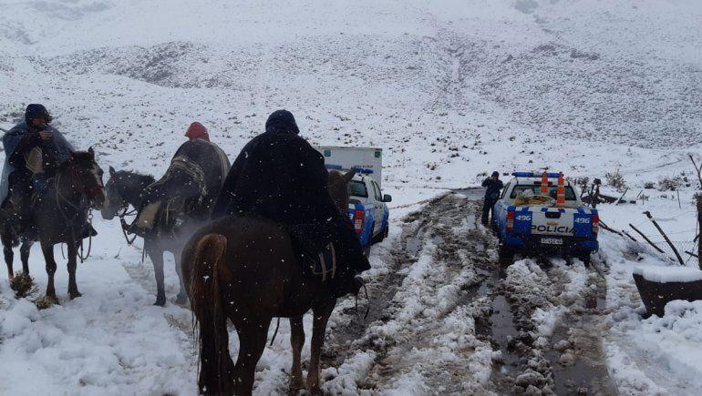 Rescataron a una pareja que fue a pescar a las altas montañas y quedó bajo nieve