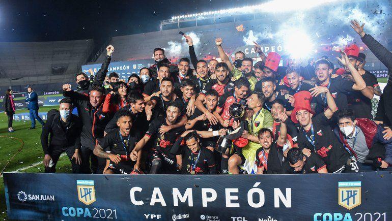 Colón goleó a Racing y hace historia al obtener su primer título