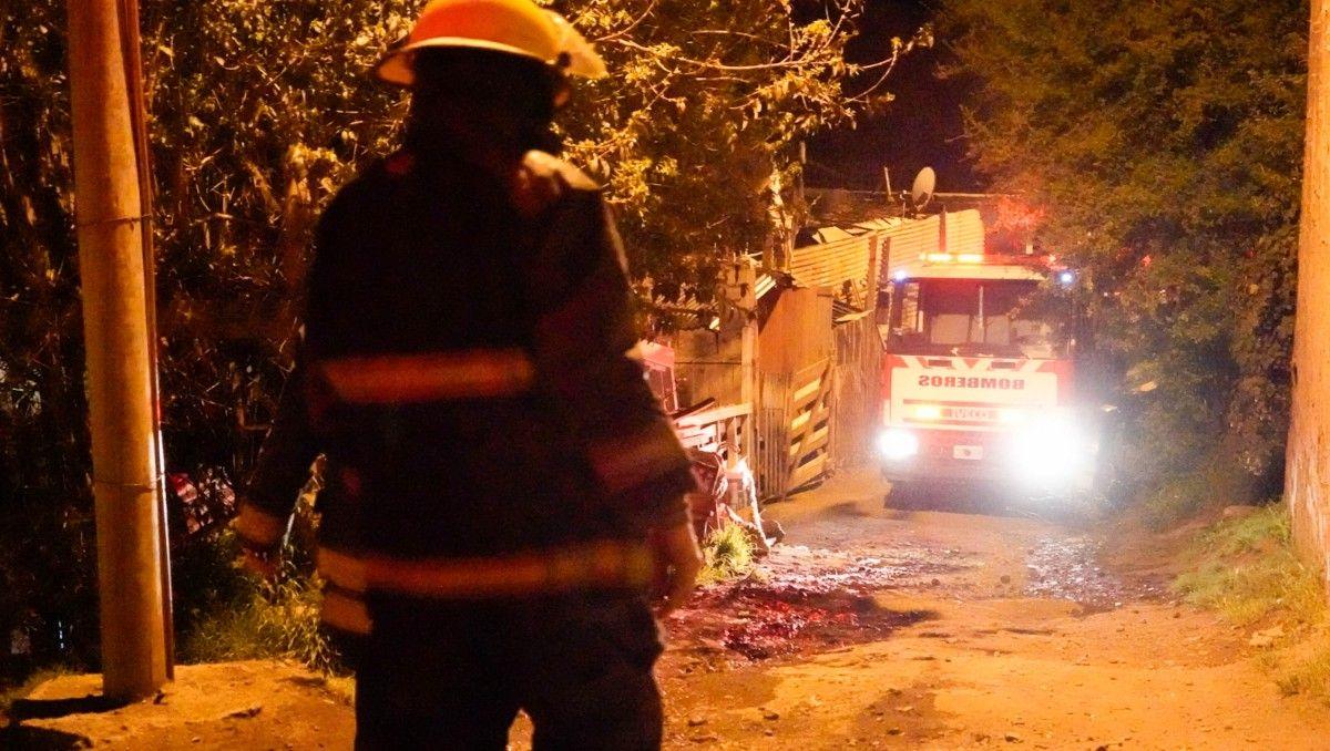 una mama y sus dos hijitos quedaron en la calle por un incendio