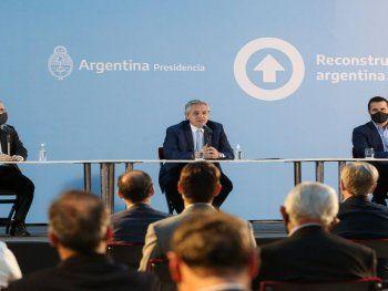 El presidente Fernández, el secretario de Energía Martínez y el ministro de Economía Guzmán (a la izquierda), durante la presentación del Plan Gas.Ar en el Museo del Bicentenario (Buenos Aires).