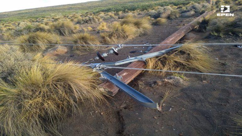 El viento tiró varios postes de energía en el centro de la provincia