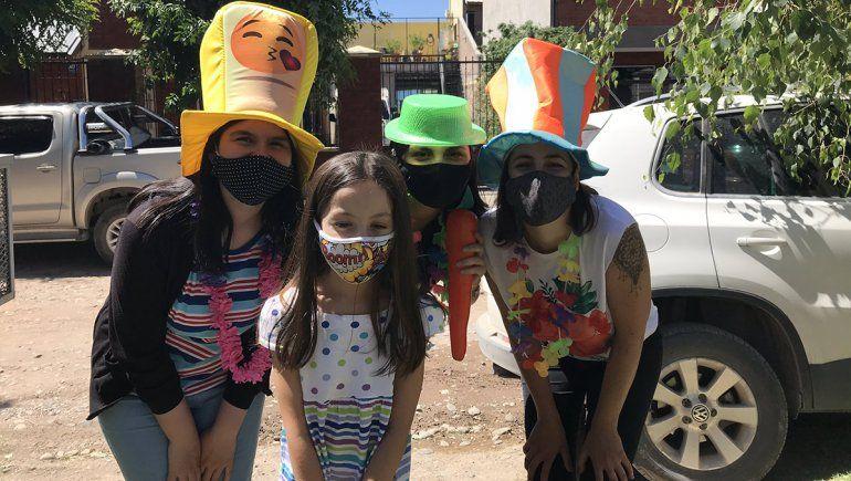Maestras recorrieron casa por casa para llevar regalos a sus alumnos