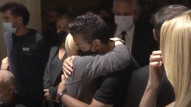 El emotivo abrazo de Gallardo y Claudia en el adiós a Diego
