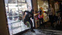 violencia y saqueos tras la muerte de un joven negro