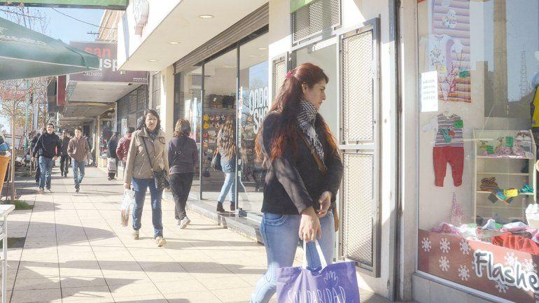Si no es de primera necesidad, la gente no compra. Muchos clientes miran vidrieras y pasan de largo.