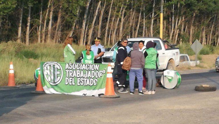 Por la polémica del pase a planta, municipales cortan Ruta 7 en El Chañar