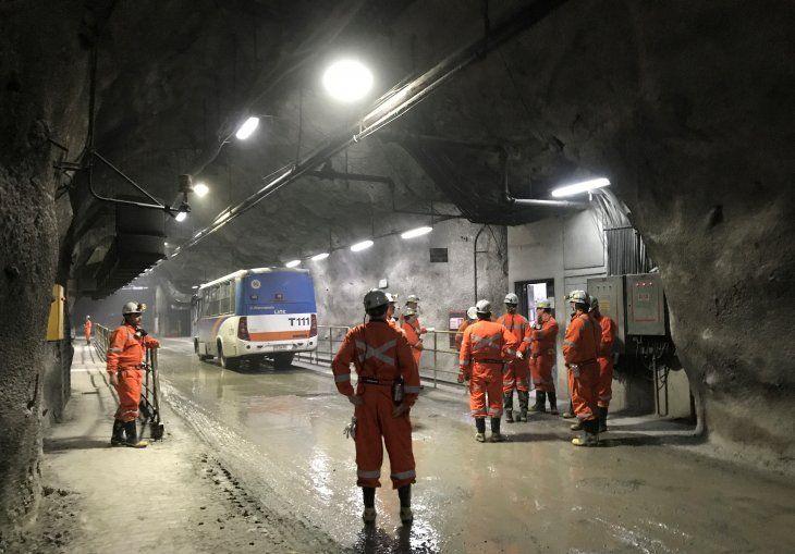 Imagen de archivo de trabajadores de la cuprífera chilena Codelco esperando transporte dentro de la mina El Teniente