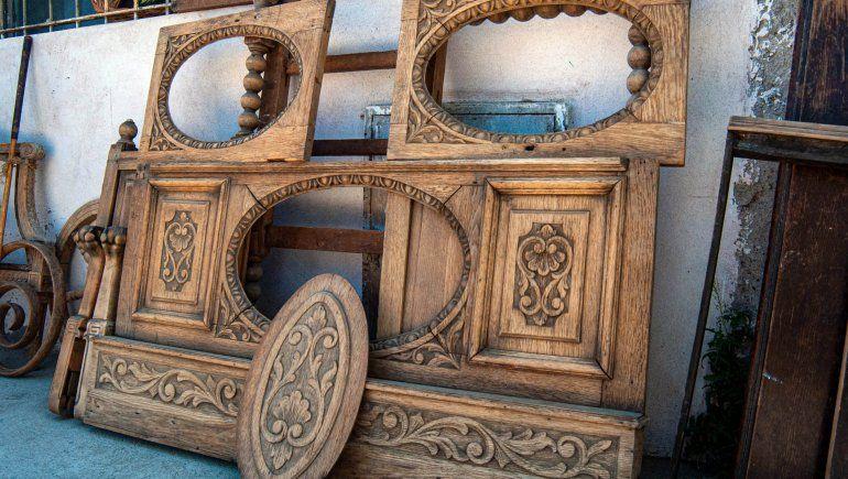 Muebles con mucho trabajo artesanal son los que restaura Nacho.