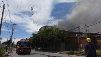 incendio en la fruticola cervi: las llamas se apagaron con un helicoptero hidrante