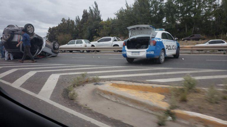 Un auto volcó sobre la Ruta 7 y hay demoras en el tránsito