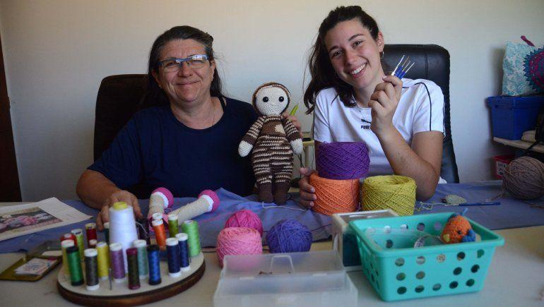 Madre e hija crean amigos nuevos con sus agujas de crochet