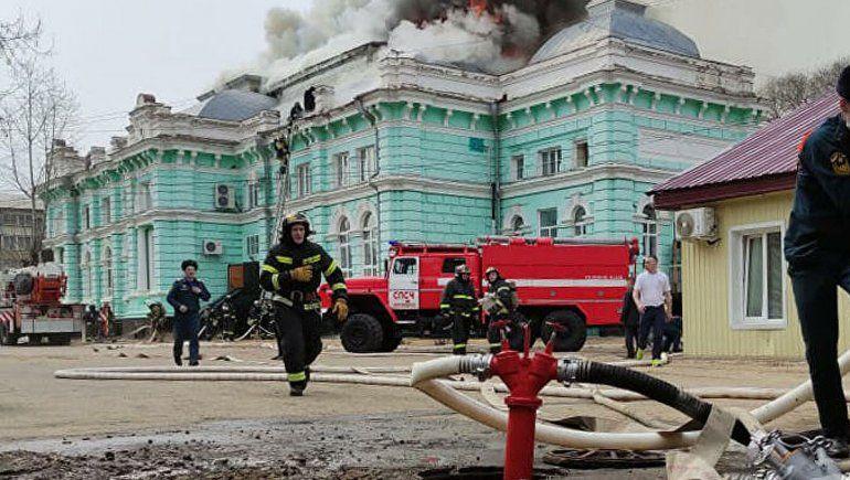 Se incendió la clínica pero un médico siguió operando