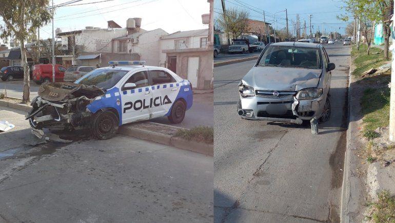 Un patrullero ocasionó un choque que terminó con un auto adentro de un dúplex