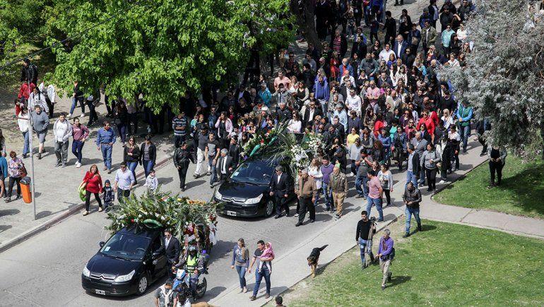 Una muchedumbre despidió a Quiroga en la sede del MNBA. Después, otra multitud acompañó el cortejo, pasando primero por el edificio municipal