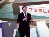 Una fábrica de Shanghái exhibe los recien manufacturados vehículos Model 3 de Tesla. Enero 7, 2020. La empresa apunta a un récord este año. REUTERS/Aly Song