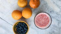 jugo natural de frutas: naranja, mandarina y arandanos