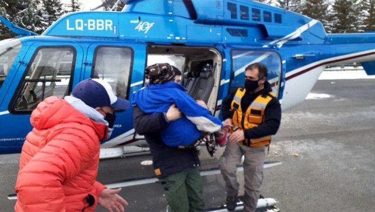 Increíble rescate en helicóptero a una mujer de 98 años varada en la nieve