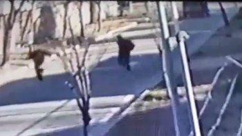 centenario: asi les robaron a dos adolescentes en plena calle