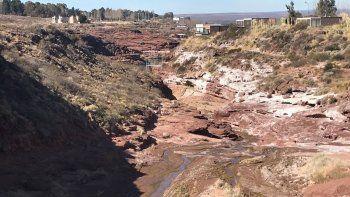 el chocon: denuncian perdida de agua, de cloacas y contaminacion