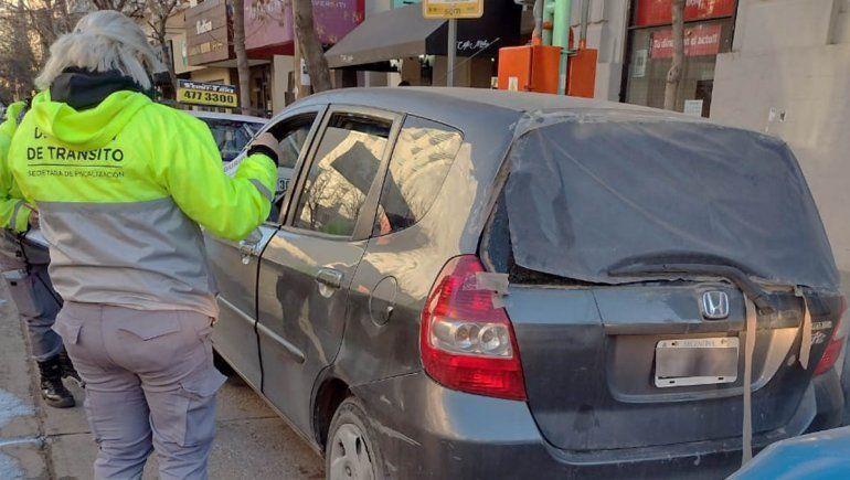 Circulaba sin papeles, le retuvieron el auto y agredió a los inspectores