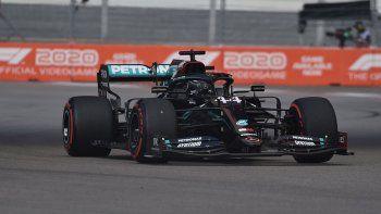 Lewis Hamilton logró su pole número 96 en la Fórmula 1 después de dominar la clasificación del Gran Premio de Rusia en Sochi.