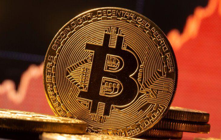 FOTO DE ARCHIVO: Una representación de la moneda virtual Bitcoin ante un gráfico de acciones en esta ilustración tomada el 19 de noviembre de 2020. REUTERS/Dado Ruvic/Ilustración
