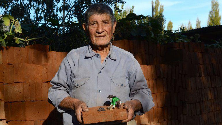 Artidoro con un ladrillero de juguete que le regaló una de sus hijas.