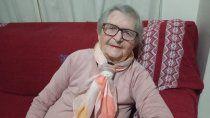 a los 105 anos, la abuela beatriz disfruta y se rie de la vida