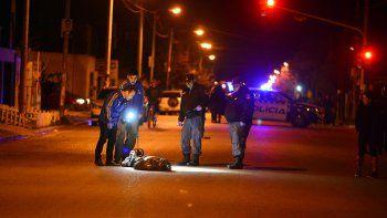 La víctima del crimen salió del inquilinato para pedir ayuda, pero cayó muerto en plena calle.