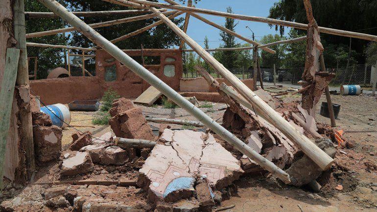 Destrozaron la casita de barro, ícono de vida sana en Centenario