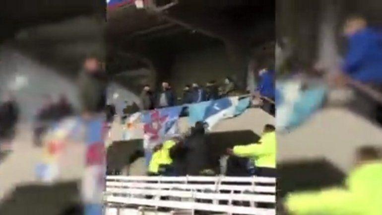 Video: feroz pelea de barras que enciende alarmas para la vuelta del público