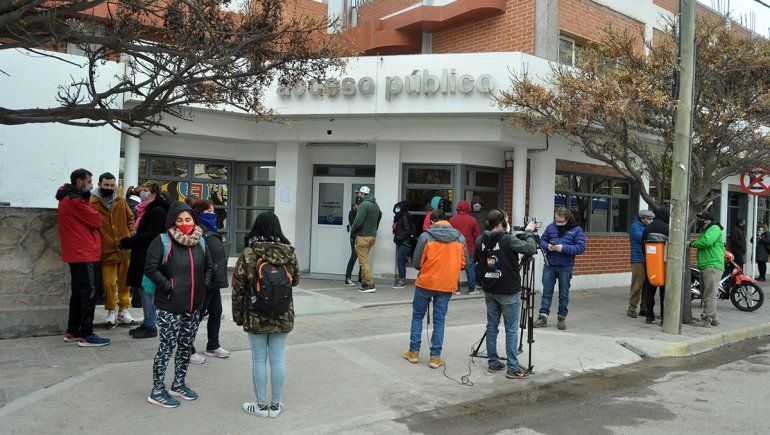 Docentes realizaron vigilia en el Castro Rendón cuando llegó la maestra Mónica Jara.