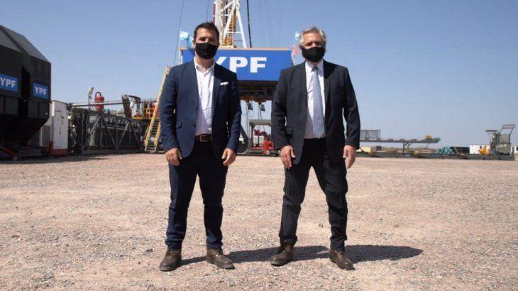 Él secretario de Energía junto al presidente Alberto Fernández cuando anunciaron el Plan Gas.Ar en una visita al área Loma Campana.