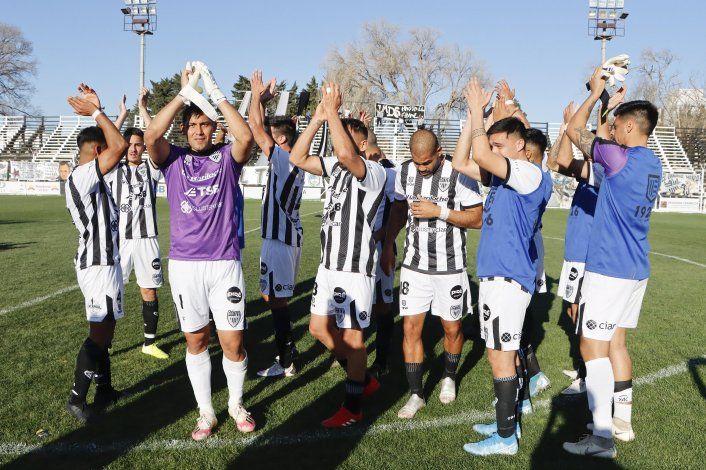 El saludo de los jugadores albinegros en un día histórico (foto Anahí Cárdena)