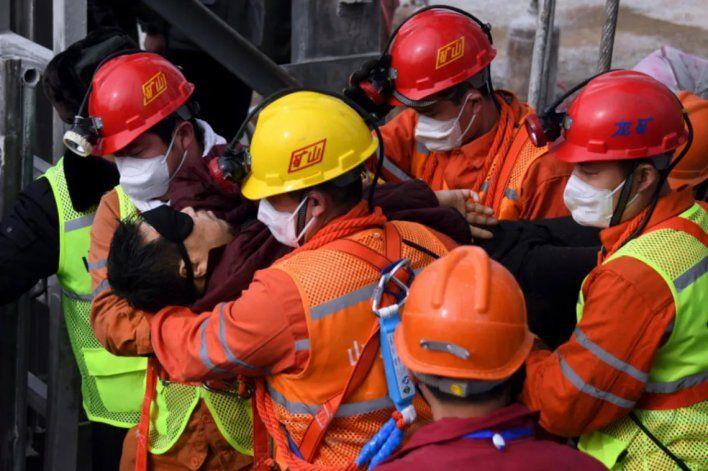 Rescataron a once mineros en China y aún quedan diez más
