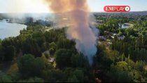 bomberos combaten un incendio de pastizales en neuquen