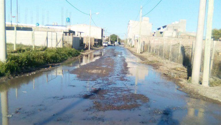 Quiso conectarse a la red de agua y desató una inundación en el barrio