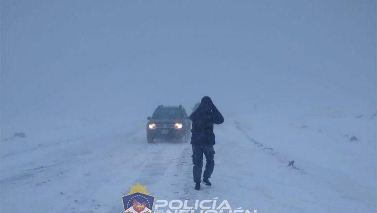 Rescatan a una pareja de turistas que quedaron varados por la nieve