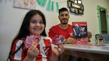 Mauri Villa, ídolo, profe y jugador del Rojo, junto a su nena. Fue uno de los hacedores.