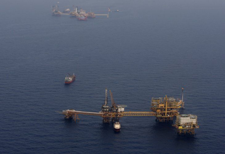 Imagen de archivo. Plataforma Ku Maloob Zaap operada por la petrolera Pemex en el noreste de la zona de exploración y producción de la estatal en la bahía de Campeche. 19 de abril de 2013. REUTERS/