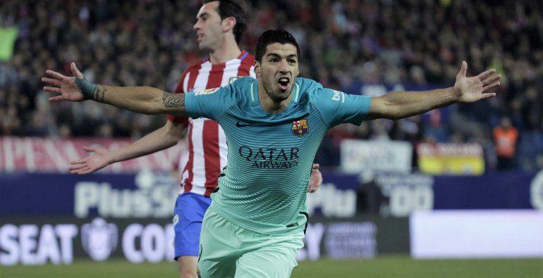 Suárez en un festejo con el Barcelona ante el Atlético.