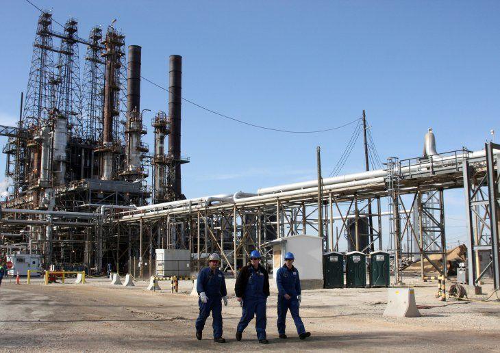Imagen de archivo de trabajadores de refinería caminando dentro de la refinería de petróleo LyondellBasell en Houston