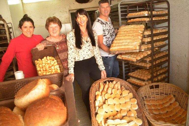 Débora, Nélida, Mariela y Gustavo en la fábrica de Estación Margus. Créditos: Antonio Spagnuolo