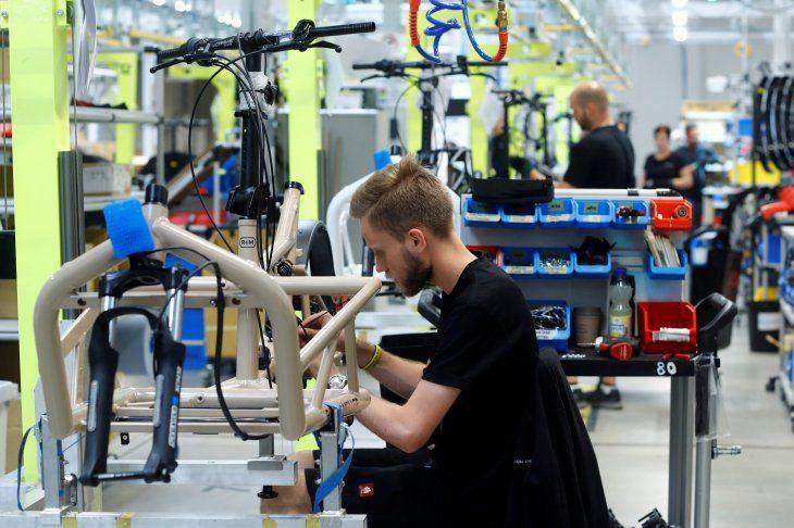 FOTO DE ARCHIVO. Empleados trabajan en bicicletas eléctricas de carga en la planta de producción de la empresa Riese & Mueller