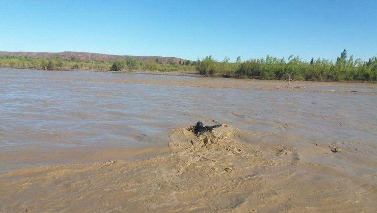 Continúa la búsqueda del jinete que se llevó el río Neuquén