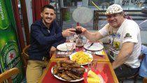 El Áspero Godoy horas después del gran triunfo disfrutando un sabroso asado con su padre y entrenador, Bruno.