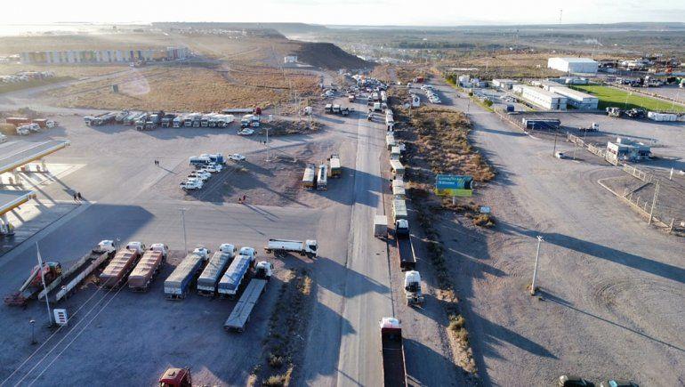 Así es la fila de camiones por los piquetes en las rutas petroleras