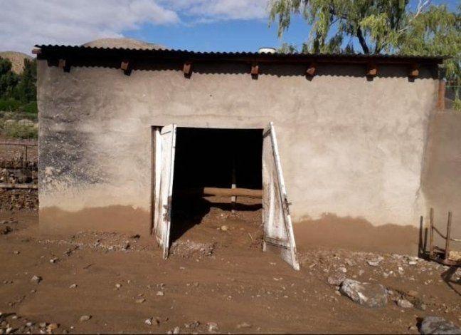 El aluvión dejó a las casas llenas de barro y agua.