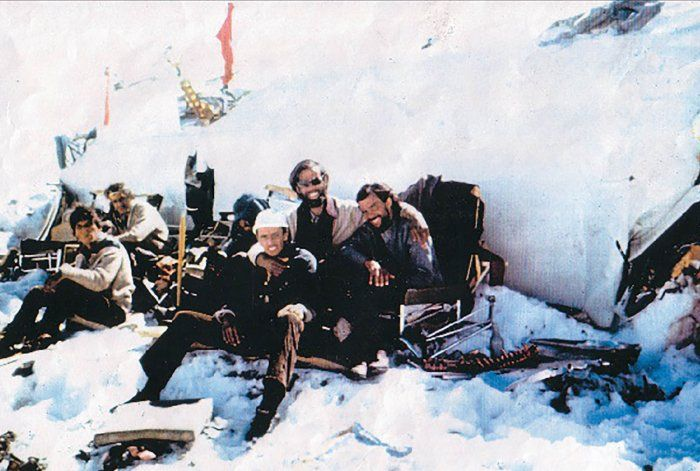 Los sobrevivientes a los pies del avión, en los primeros días. Todavía había tiempo para sonreír.
