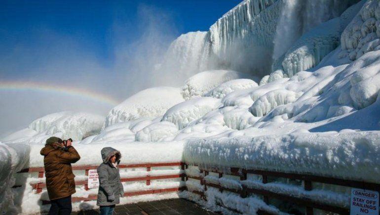 En videos de YouTube se han mostrado majestuosas imágenes de las Cataratas del Niágara parcialmente congeladas.